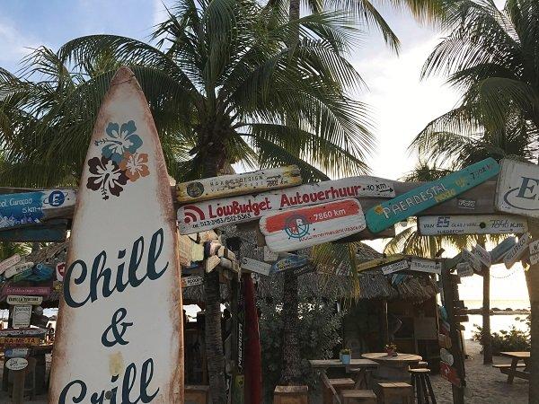 Lowbudget autoverhuur Curacao op het strand.